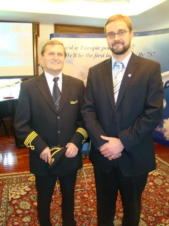Kapitan Tadeusz Wrona w Konsulacie RP w Toronto z Konulem Generalnym Grzegorzem Morawskim