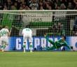 Ricardo Rodriguez (L) zdobywa bramkę z rzutu karnego podczas meczu ćwierćfinałowego Piłkarskiej Ligi Mistrzów rozegranym między VfL Wolfsburg i Realem Madryt na stadionie w Wolfsburgu 6 kwietnia br.     Peter Steffen PAP/EPA