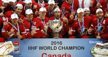 Kanadyjscy hokeiści  z mistrzowskim trofeum po pokonaniu Finlandii w meczu finałowym, 22 maja w Moskwie Sergei Ilnitsky PAP/EPA