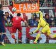 Robert Lewandowski (C) głową zdobywa drugą bramkę dla Bayernu Monachium w meczu przeciwko Atletico Madrid na stadionie w Monachium 3 maja br.     Daniel Karmann PAP/EPA