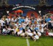 Piłkarze  Sevilli z trofeum po zwycięskim meczu z Liverpoolem na stadionie w Bazylei 18  maja br. Peter Klauzner PAP/EPA