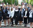 Uczniowie Liceum Polonijnego przed budynkiem szkoły