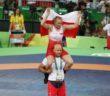 Polska zapaśniczka Monika Michalik z trenerem kadry Krzysztofem Ołenczynem cieszą się ze zwycięstwa i brązowego medalu w kategorii 63 kg.  Bartłomiej Zborowski PAP